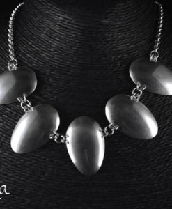 hopeinen kaulakoru lusikoista