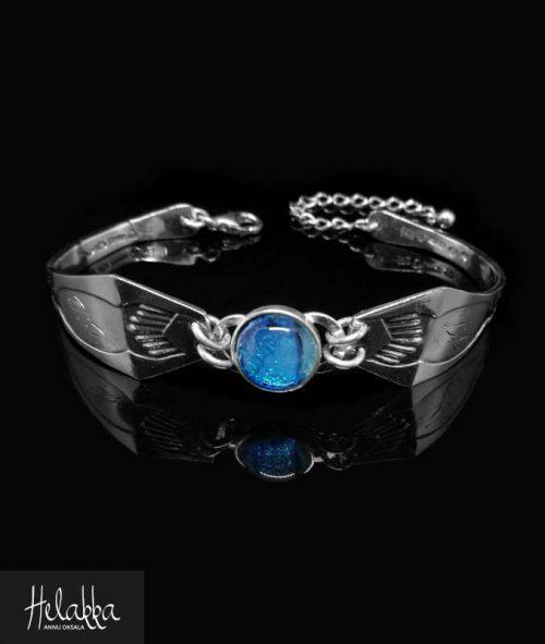 Helakka rannekoru vanhasta hopealusikasta ja lasista sininen